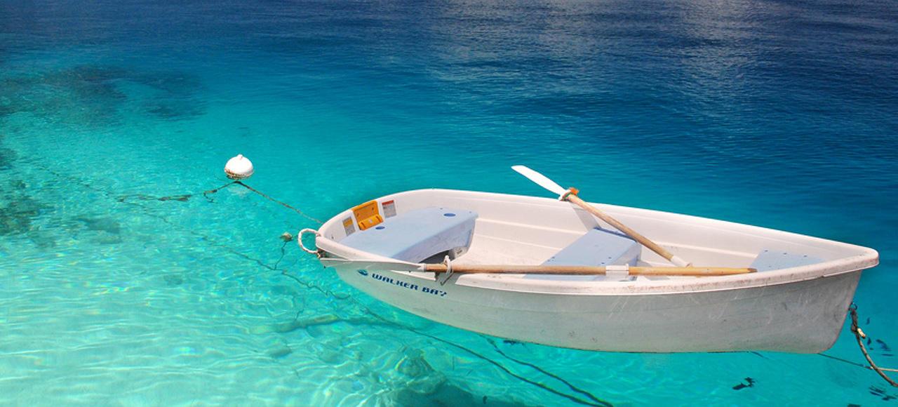 Klarblått vatten med båt